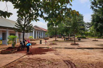 Lãnh đạo nhà trường cùng giáo viên và nhân viên lao động đầu năm chuẩn bị cho năm học mới